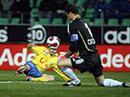 Zürichs Santos gegen GCs Torhüter Fabio Coltorti.