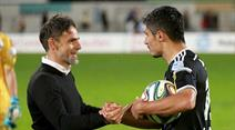 Lausannes Trainer Marco Simone gratuliert Cristian Ianu nach dem Spiel.