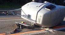 Die Fahrerin verlor innerhalb der Autobahnbaustelle die Kontrolle über ihr Gespann.