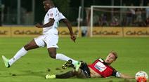 Freddy Mveng (L, Xamax) gegen Olivier Jaeckle (FC Aarau).
