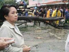 Gloria Macapagal Arroyo besucht die Opfer des Taifuns.
