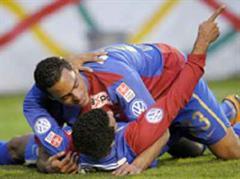Basels Eduardo und Carlitos jubeln nach dem Tor zum 0:1.