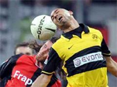 Frankfurts Ioannis Amanatidis gegen Dortmunds Dede.