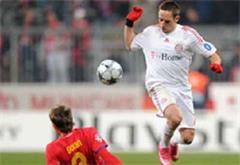 Bukarests Dorin Goian gegen Bayerns Franck Ribery.