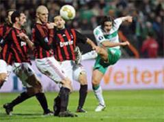 Mailands Giuseppe Favalli, Philippe Senderos und Gianluca Zambrotta gegen Bremens Claudio Pizarro.