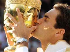 Roger Federer mit seinem 15. Grand-Slam-Pokal.