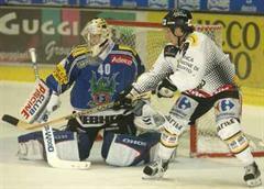 Fribourgs Torhüter Matthias Lauber gegen Luganos Corey Millen.