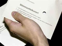 Bei einer Hausdurchsuchung waren zudem etwa 110 weitere - zum Teil schon ausgefüllte - Wahlcouverts gefunden worden.