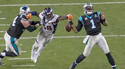 Höchstspannung im 50. Super Bowl: Broncos Von Miller schlägt Carolinas Quarterback Cam Newton im letzten Viertel das Ei aus der Hand.