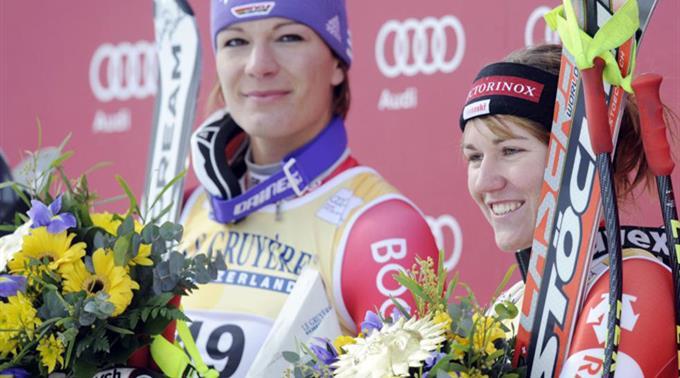Fabienne Suter strahlt neben Maria Riesch.