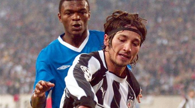 Ilhan Mansiz gegen Chelseas Marcel Desailly.