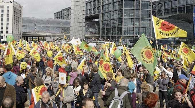 Zehntausende demonstrieren gegen Merkels Atom-Politik.