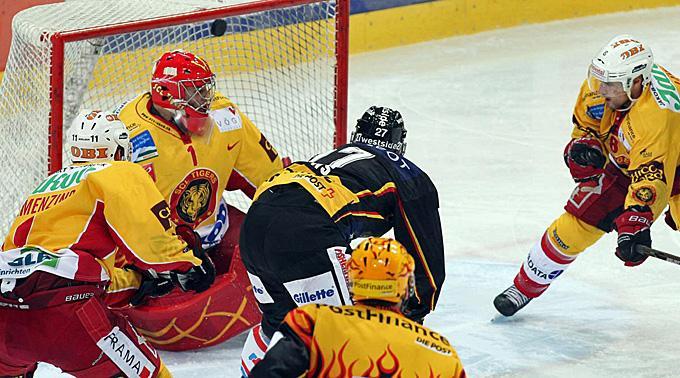Berns Thomas Deruns erzielt das Tor zum 1:0 gegen Langnau.