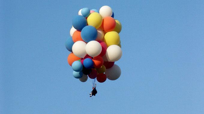 Aufziehende Gewitter liessen einen Abenteuerflug per Gartenstuhl und Helium-Ballone scheitern. (Symbolbild)