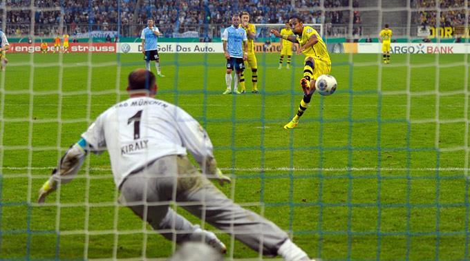 Pierre-Emerick Aubameyang versenkt den Penalty gegen Torhüter Gabor Kiraly.