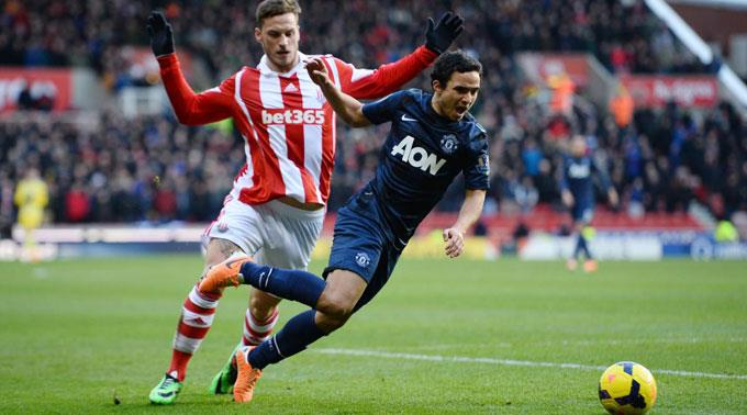 ManUs Rafael gegen Marko Arnautovic von Stoke City.