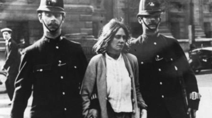 Auch ihr ging es um Rechte als Mensch und nicht um Priviligierung als Frau: Verhaftete Frauenrechtlerin in London vor genau 100 Jahren.