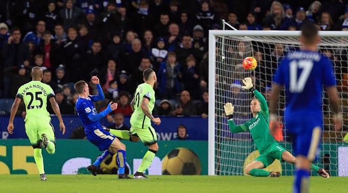 ManCitys Keeper Joe Hart rettet gegen Leicesters Jamie Vardy das 0:0.